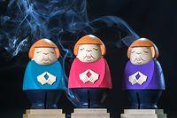 dpatopbilder - 22.09.2021, Sachsen, Seiffen: Angela Merkel Räucherfiguren rauchen in der Schauwerkstatt der Seiffner Volkskunst in Seiffen. Zum Ende ihrer Kanzlerschaft gibt es die Politikerin nun auch als Räucherfigur aus dem Erzgebirge und sie erweist sich als wahrer Verkaufsschlager im In- und Ausland. Die scheidende Kanzlerin kommt in der typischen Haltung mit Merkel-Raute und wahlweise in einem Blazer in rosa, türkis oder violett daher. Die Nullserie ist bereits ausverkauft, Februar 2022 werden die nächsten Exemplare ausgeliefert. Die Merkel-Figur soll der Auftakt einer Reihe von Prominenten sein, die die Seiffener Volkskunst auflegen will. Foto: Hendrik Schmidt/dpa-Zentralbild/ZB +++ dpa-Bildfunk +++