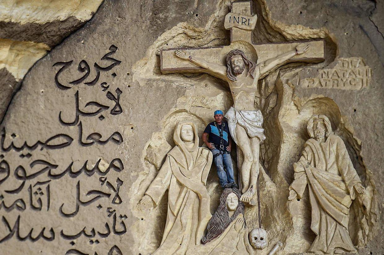 Kairo (Ägypten). 20 Jahre lang arbeitete der polnische Künstler Mario vor seiner monumentalen Arbeit in den Höhlenkirchen auf dem Mukattam-Steinplateau, südöstlich von Kairo.