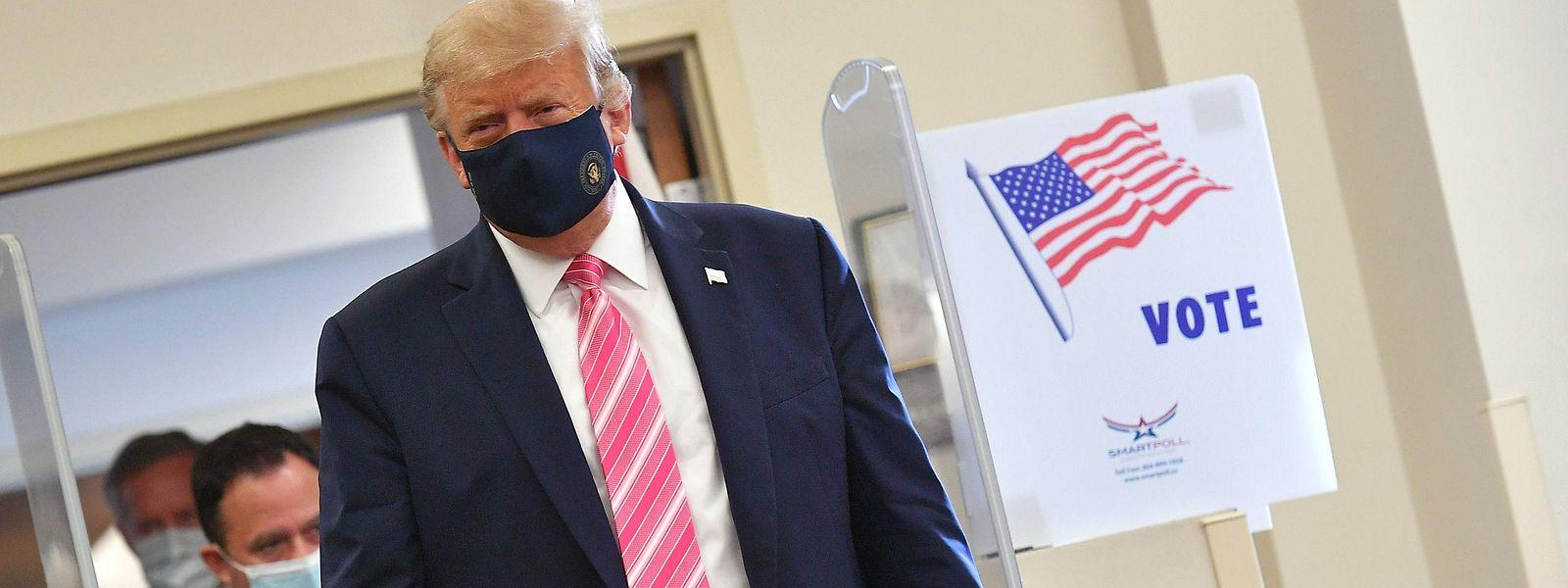 Donald Trump beim betreten des Wahlbüros.