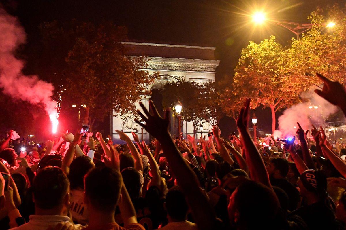 Sitôt le match terminé, les supporters parisiens ont envahi les rues de la capitale française pour célébrer la qualification