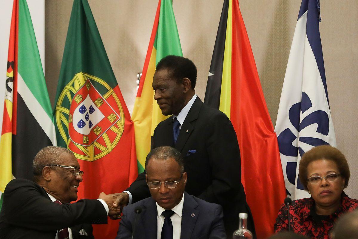O Presidente da República da Guiné-Equatorial, Teodoro Obiang Nguema Mbasogo (centro), após discursar durante a sessão de abertura Cimeira da CPLP.