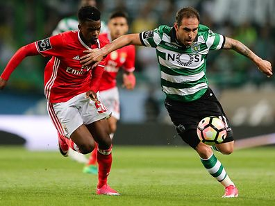 Sporting CP Bruno Cesar fights for the ball with Benfica's Nelson Semedo during the Portuguese First League Soccer match at Alvalade XXI Stadium in Lisbon, Portugal 22 of April 2017. MIGUEL A. LOPES/LUSA