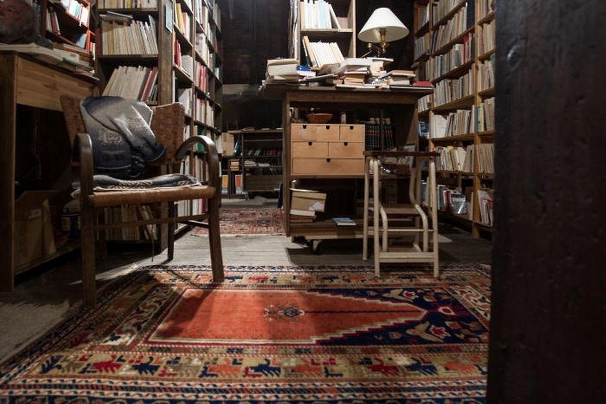 Chaque chambre est remplie de livres et de carnets de notes.