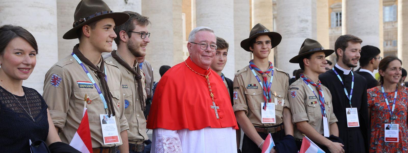 Jean-Claude Hollerich begrüßte vor dem Konsistorium die Luxemburger Delegation. Nach der Zeremonie sprach Großherzog Henri dem Kardinal seine Glückwünsche aus.