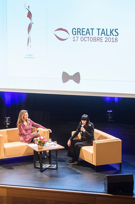 """Dank der Großzügigkeit der mehr als 200 Gäste, die der Konferenz """"Great Talks"""" zwischen Chantal Thomass (r.) und Anne Claire Coudray beiwohnten, konnte die Vereinigung """"Women in Business"""" 20.500 Euro an die Wohltätigkeitsorganisation """"Toutes à l'École Luxembourg"""" spenden."""