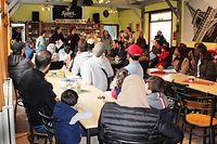 La pression sur le réseau d'accueil reste élevée en Belgique. La durée du séjour dans les centres se prolonge et, pour garantir l'accueil de tous, il est nécessaire d'ouvrir de nouvelles places. Selon Fedasil, l'agence fédérale pour l'accueil des demandeurs d'asile, il en faut environ 500 en plus par mois.  Dans ce contexte, l'agence fédérale a signé un contrat avec le ministère de la Défense nationale pour accueillir des candidats réfugiés dans deux centres de vacances de l'armée, à Senonchamps, près de Bastogne, et à Spa pour une période de six mois.