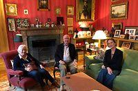 HANDOUT - 25.10.2020, Belgien, Laeken: Die neue belgische Prinzessin Delphine (r) sitzt mit ihrem leiblichen Vater Ex-König Albert II. (M) und dessen Ehefrau Paola im Château du Belvédère. Vorangegangen war ein jahrelanger Vaterschaftsstreit zwischen Delphine und Albert, ein solches Treffen war lange nicht vorstellbar. 2013 zog die Künstlerin, die bis kurzem Boël mit Nachnamen hieß, vor Gericht und klagte sich durch die Instanzen. Foto: -/Königlicher Palast, Brüssel/dpa - ACHTUNG: Nur zur redaktionellen Verwendung und nur mit vollständiger Nennung des vorstehenden Credits +++ dpa-Bildfunk +++