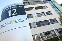 """dpatopbilder - 09.11.2020, Rheinland-Pfalz, Mainz: Das Logo des Biotechnologie-Unternehmens «BioNTech» ist auf einer Stele vor der Unternehmenszentrale angebracht. Sehnsüchtig wartet die Welt auf einen Corona-Impfstoff. Als erstes westliches Unternehmen legt der deutsche Hersteller Biontech Zwischenergebnisse einer großen Studie vor. (zu dpa """"Biontech veröffentlicht vielversprechende Daten zu Corona-Impfstoff"""") Foto: Arne Dedert/dpa +++ dpa-Bildfunk +++"""