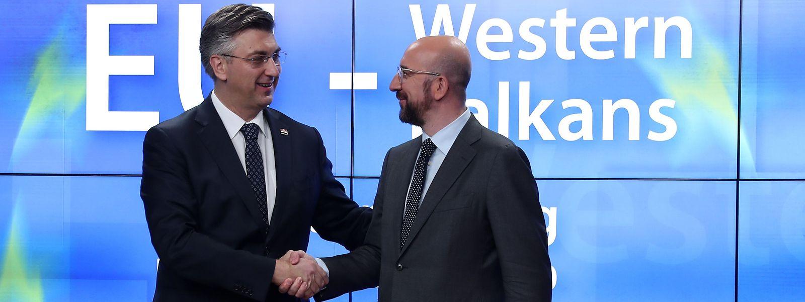 Poignée de mains entre le Premier ministre croate, Andrej Plenkovic (à g.) et le Président du Conseil européen, Charles Michel