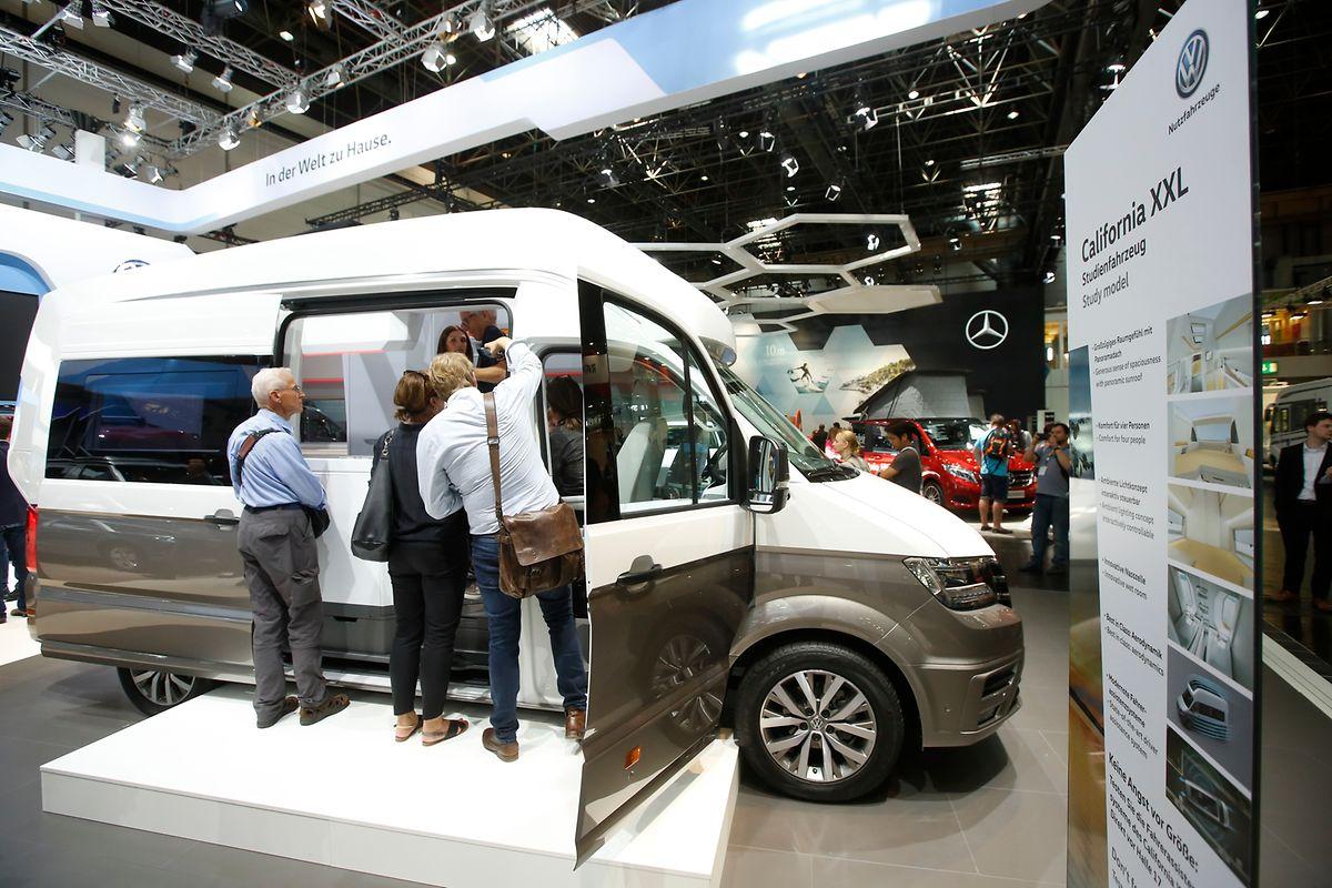 Als Vorbild dient der Volkswagen California auf Basis des beliebtesten Reisemobils aller Zeiten – des Bullis. Seit Jahrzehnten überzeugt er besonders die erfahrenen Campingfreunde mit einem konsequent durchdachten und multivariablen Innenraum. Jetzt bietet der neue und größere Crafter mit seiner großen Zahl an Assistenzsystemen, dem komfortablen Fahrverhalten und dem sparsamen Verbrauch die einmalige Gelegenheit, die Qualitäten des California auf die nächst größere Klasse von Volkswagen Reisemobilen zu übertragen und weiter zu entwickeln. Mit der neuen Studie California XXL präsentiert Volkswagen nun eine ausgewachsenere Variante des automobilen Globetrotters.