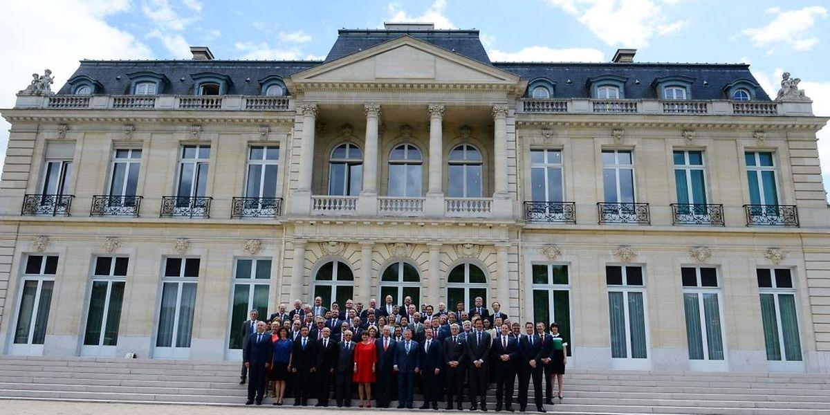 Die Teilnehmer des jährlichen OECD Forum posieren vor dem Sitz der Organisation in Paris.
