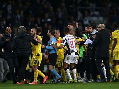 As equipas do Boavista e do FC Porto desentendem-se antes do intervalo do jogo da Primeira Liga de Futebol disputado no estádio do Bessa, no Porto, 26 de fevereiro de 2016. ESTELA SILVA/LUSA