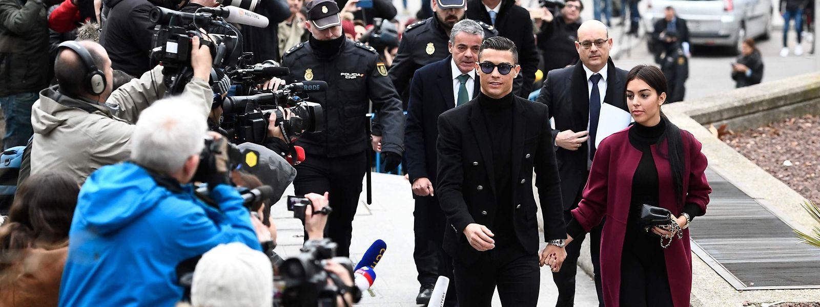 Cristiano Ronaldo und Freundin Georgina Rodríguez treffen vor dem Gerichtsgebäude in Madrid ein.