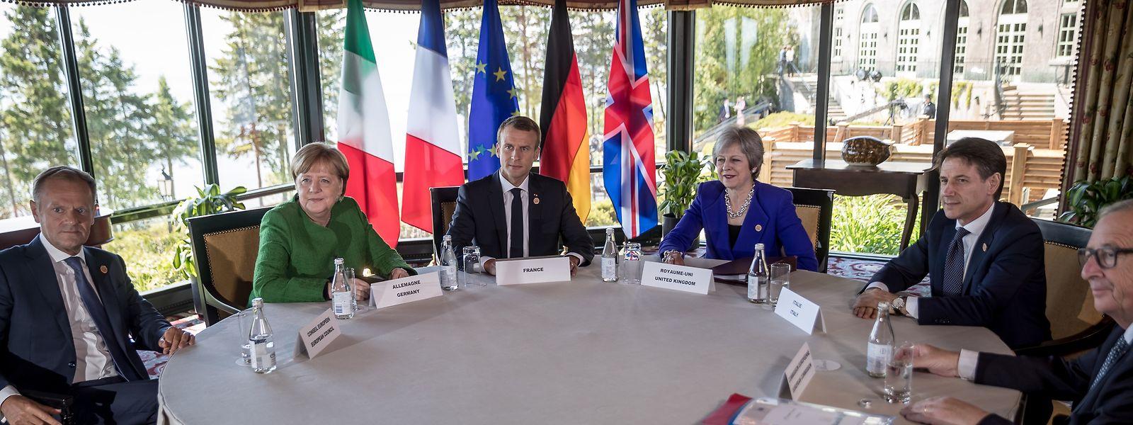 Die deutsche Bundeskanzlerin Angela Merkel, (2.v.l), spricht mit (l-r) Donald Tusk, EU-Ratspräsident, Emmanuel Macron, Präsident von Frankreich, Theresa May, Premierministerin von Großbritannien, Giuseppe Conte, Ministerpräsident von Italien, und Jean-Claude Juncker, EU-Kommissionspräsident, bei einem Treffen der Europäer vor Beginn des G7 Gipfels.