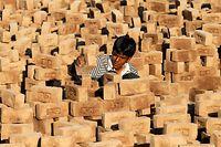 Kinderarbeit im indischen Ahmedabad. Weltweit arbeiten nach Schätzungen rund 215 Millionen Kinder - zum Teil unter gefährlichen und ausbeuterischen Bedingungen.