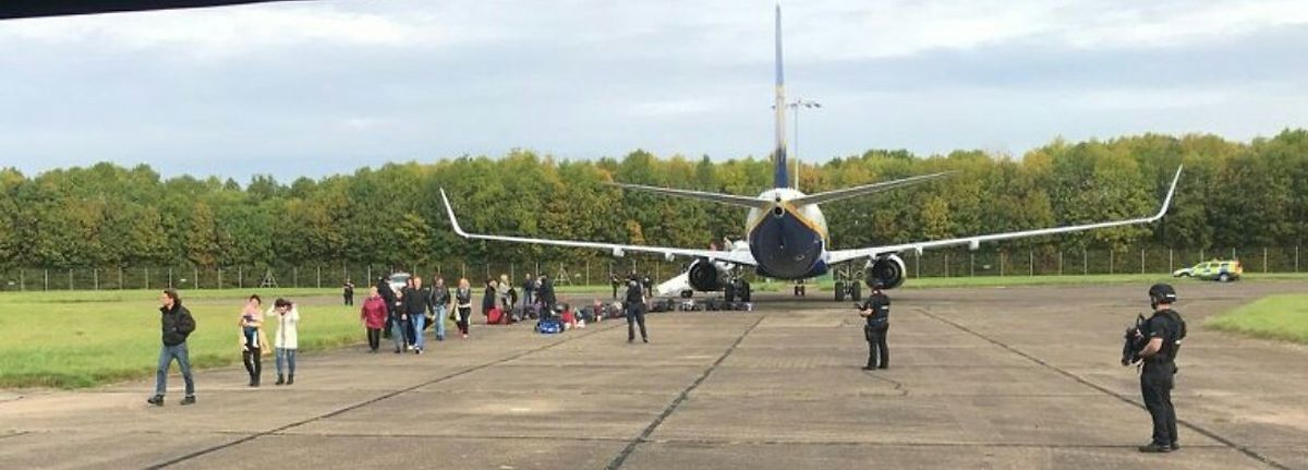 Die Passagiere wurden unter Polizeiaufsicht aus dem Flieger eskortiert.