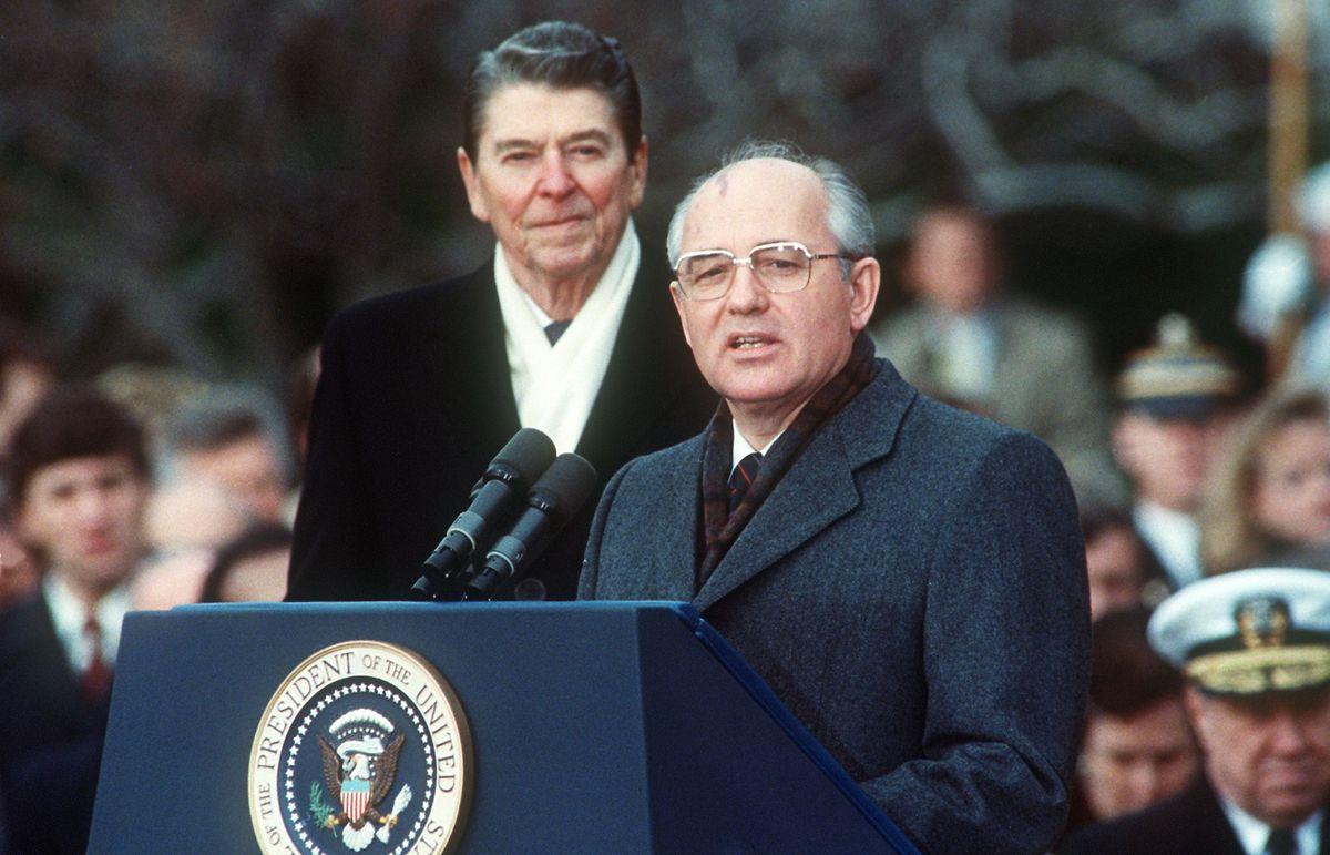 US-Präsident Ronald Reagan und der sowjetische Parteichef Michail Gorbatschow während des Abrüstungsgipfels 1987 in Washington DC.