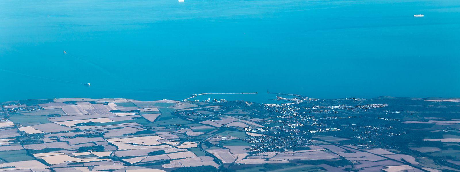 Eine Landbrücke zwischen Calais und Dover (unten) verband den europäischen Kontinent mit den britischen Inseln. Diese Verbindung wurde vor 450.000 Jahren erstmals gekappt.