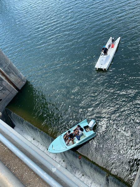 Ein Boot mit vier Insassen hängt am Longhorn-Damm über dem Abgrund.  Das Boot sei zu nah an eine der Schleusen herangefahren und habe sich aus eigener Kraft nicht aus der Notlage befreien können.