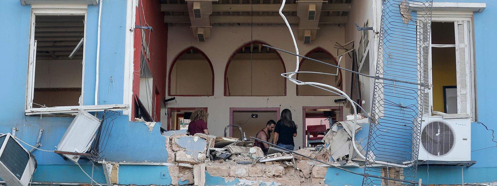 Ein Ehepaar inspiziert die Schäden an einem Haus in Beirut.
