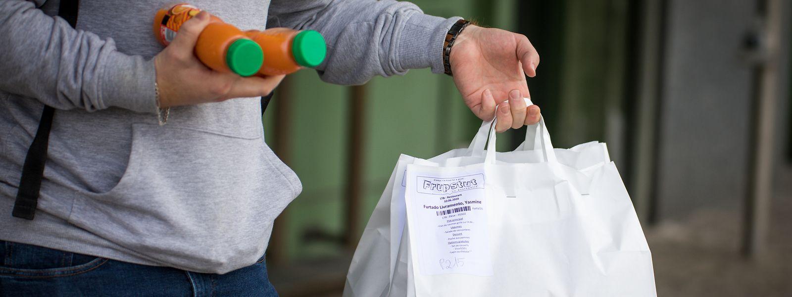 Die Restopolis-Frupstuten ersetzen in der Krisenzeit die Cafeterien und Schulkantinen. Das Essen wird den Schülern in Papiertüten direkt vor die Klasse geliefert.