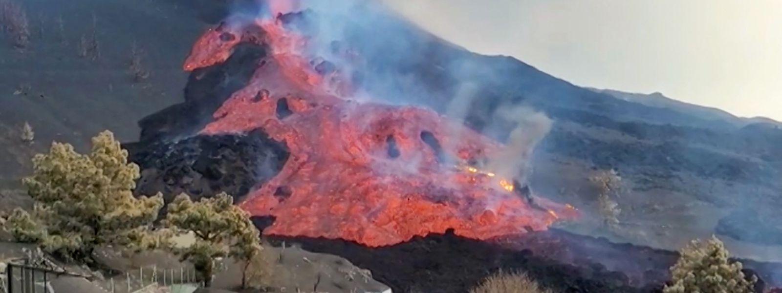 Die Lava bahnt sich ihren Weg in Richtung Meer.