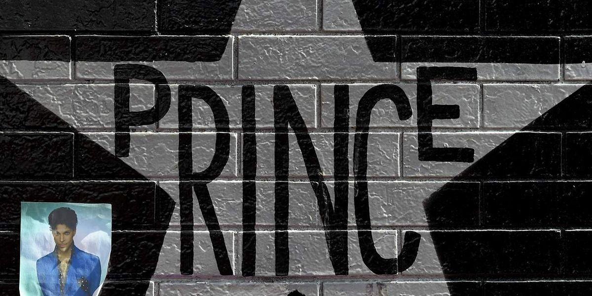"""Fans haben Bilder von Prince an eine Fassage des Clubs in der """"First Avenue"""" gehängt, in dem die Karriere des Musikers begann."""