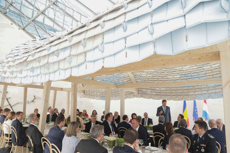 Für die rumänischen Gäste ging es von Belval weiter ins Mudam. Hier wurde unter einem Pavillon zu Mittag gegessen.