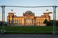 ARCHIV - 02.06.2020, Berlin: Der Platz der Republik vor dem Reichstagsgebäude ist mit einem Bauzaun abgesperrt. (zu dpa «Was kommt nach «arm, aber sexy»? Berlin auf der Suche») Foto: Christophe Gateau/dpa +++ dpa-Bildfunk +++