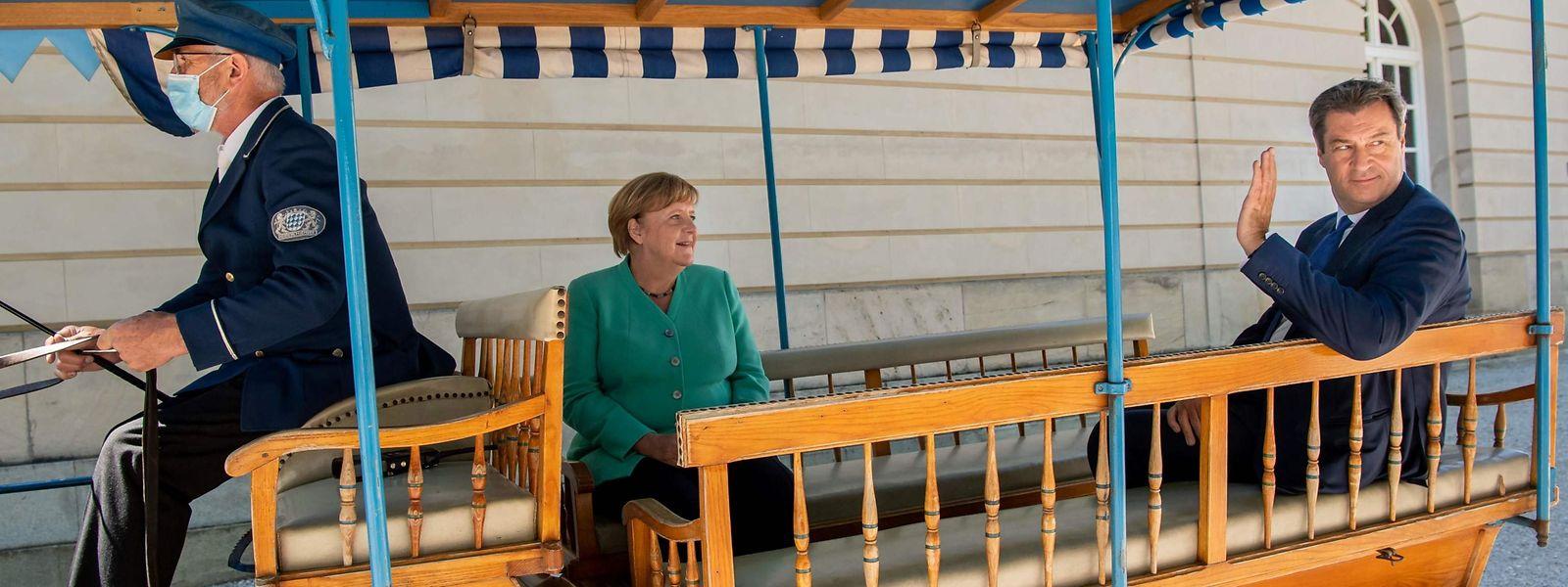 In Prien am Chiemsee sind die deutsche Kanzlerin und Bayerns Ministerpräsident Markus Söder mit der Kutsche gefahren.