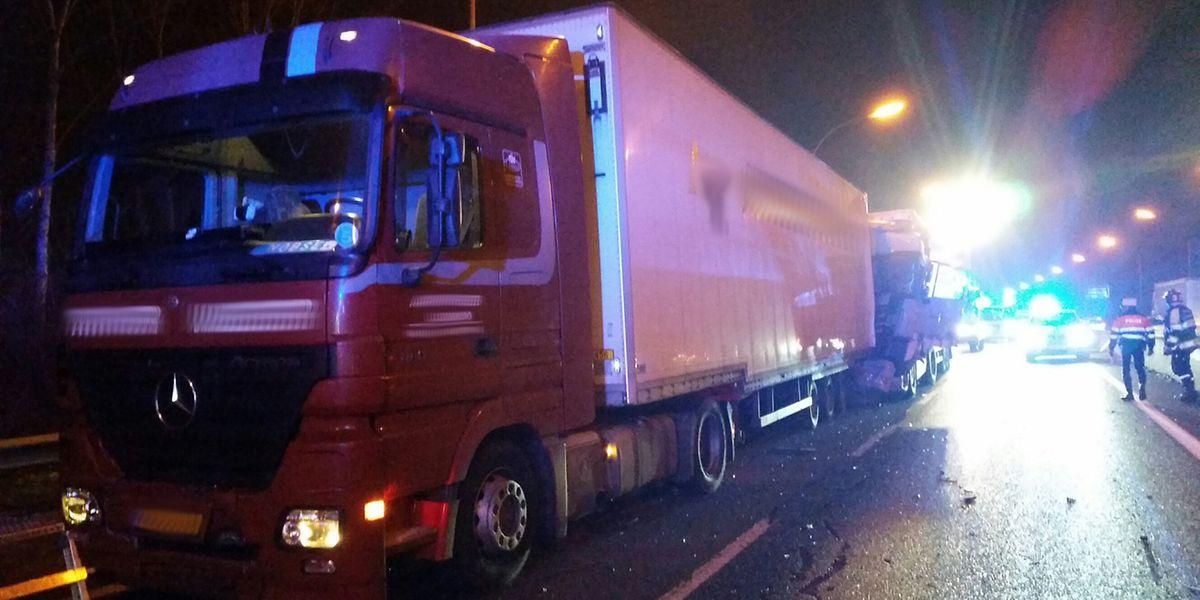 Bei dem Auffahrunfall waren zwei Lastwagen und zwei Autos aufeinander geprallt.