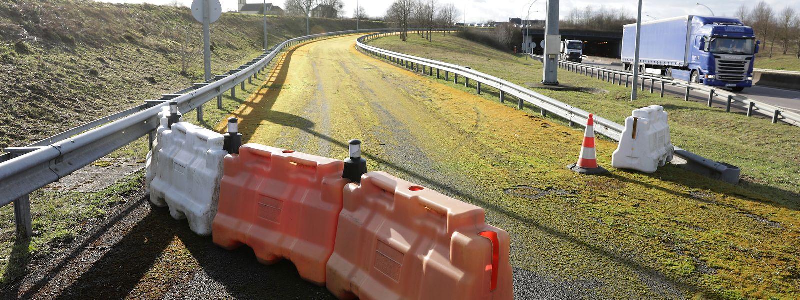 Die Autobahnausfahrt in Frisingen ist mittlerweile mit Moos bewachsen. Seit 17 Jahren wartet sie auf ihre Eröffnung.