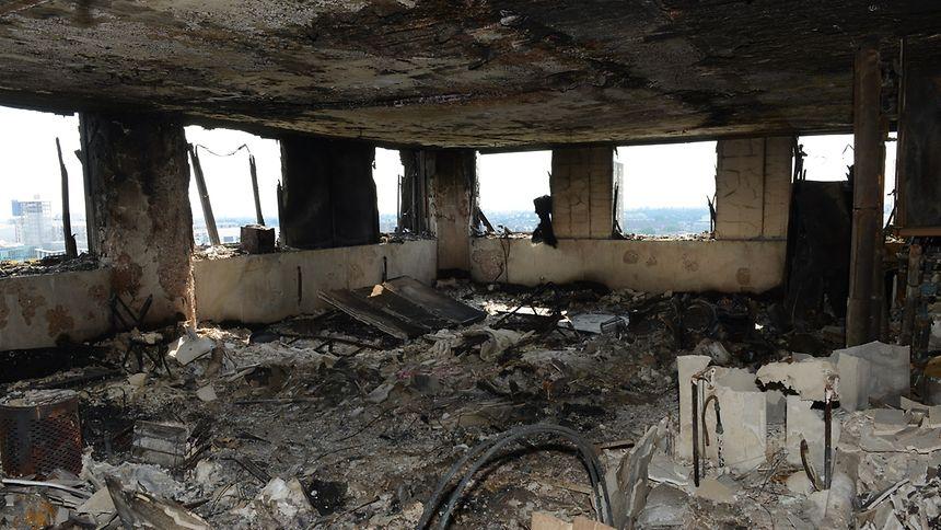 Die Londoner Polizei veröffentlichte am Montag Bilder aus dem Inneren des völlig verwüsteten Hochhauses.