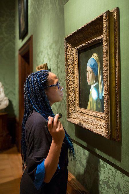 Die Forschungsleiterin Abbie Vandivere untersucht das Kunstwerk «Mädchen mit dem Perlenohrring» von Jan Vermeer, das im Museum Mauritshuis hängt.