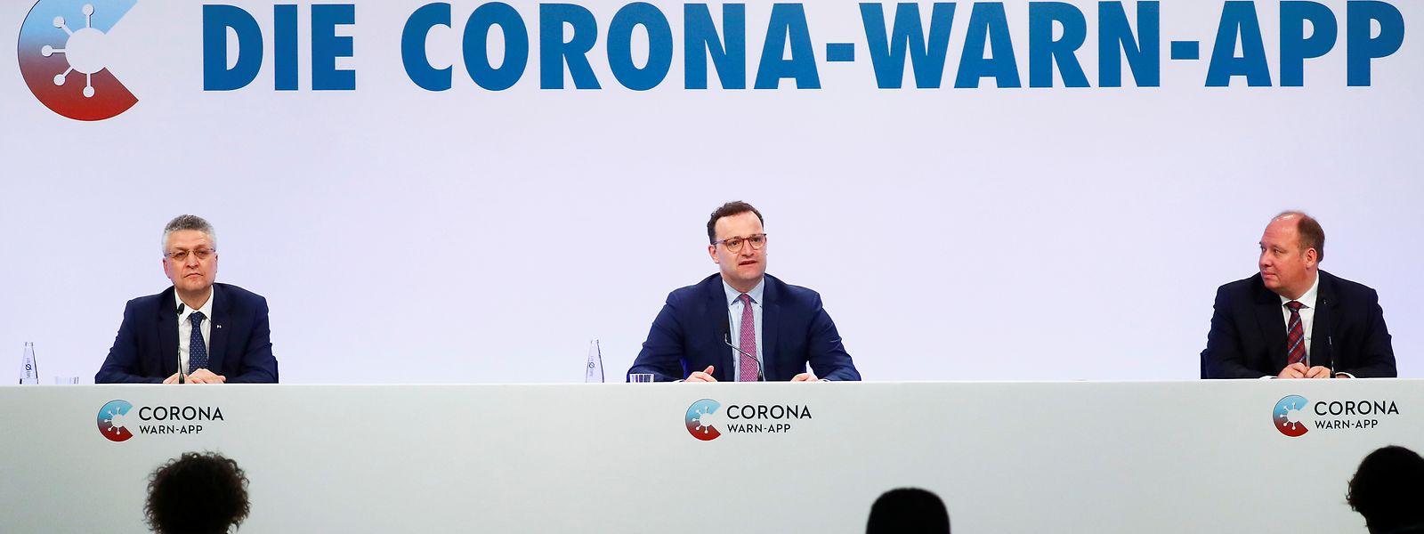 Lothar H. Wieler, Präsident des Robert Koch-Instituts (l-r, RKI), Bundesgesundheitsminister Jens Spahn (CDU) und Helge Braun (CDU), Chef des Bundeskanzleramts.