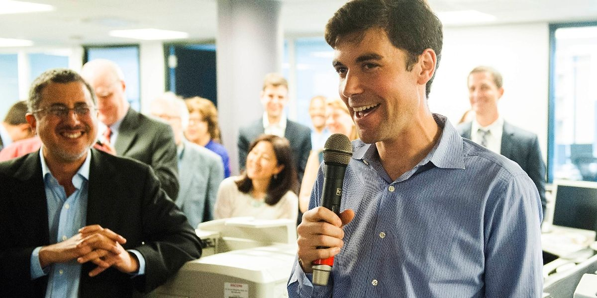 Die Journalisten der Washington Post, Barton Gellman (links) und Eli Saslow, freuen sich über den Pulitzer-Preis.