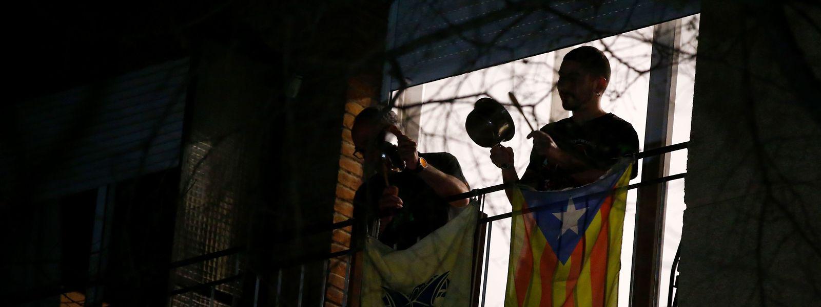 Spanier beim Radau-Protest auf ihrem Balkon.