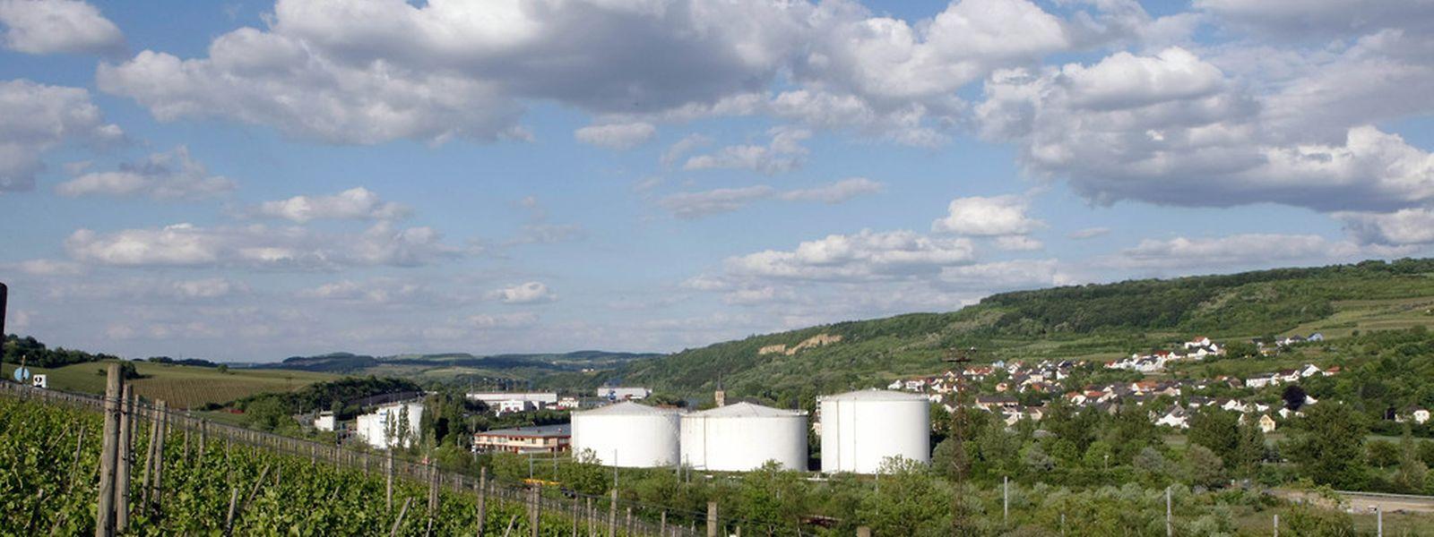 Die deutsche Gemeinde Temmels organisiert am Mittwochabend eine  Informationsversammlung zum Ausbau der Tanklager im Merterter Hafen.