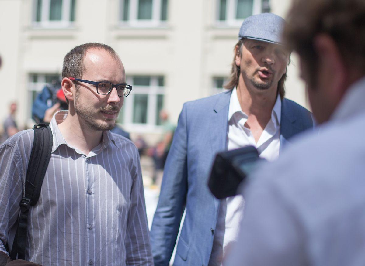 Der Hauptangeklagte Antoine Deltour in Begleitung seines Rechtsanwalts auf dem Weg zur Urteilsverkündung.