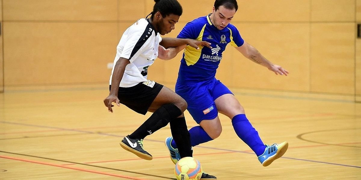 Fernando Ribeiro et le FC Bettendorf (en bleu) ont freiné Hugo Rocha Lopes et le Futsal Wilwerwiltz.