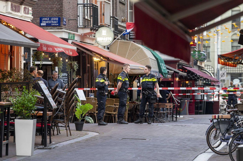 Polizisten ermitteln im Leidseplein im Zentrum vonAmsterdam, nachdem ein Unbekannter auf den prominente Kriminalreporter Peter R. de Vries geschossen hat.