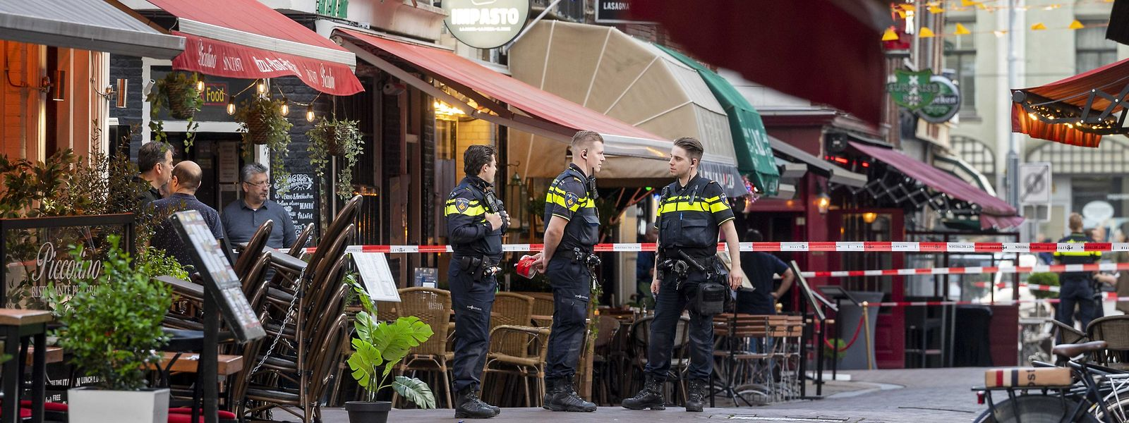 Polizisten ermitteln im Leidseplein im Zentrum vonAmsterdam, nachdem ein Unbekannter auf den prominenten Kriminalreporter Peter R. de Vries geschossen hat.