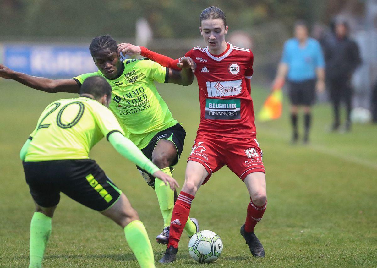 Lucas Alverdi (Rodange) tente de se jouer de Teixeira et Mendes.