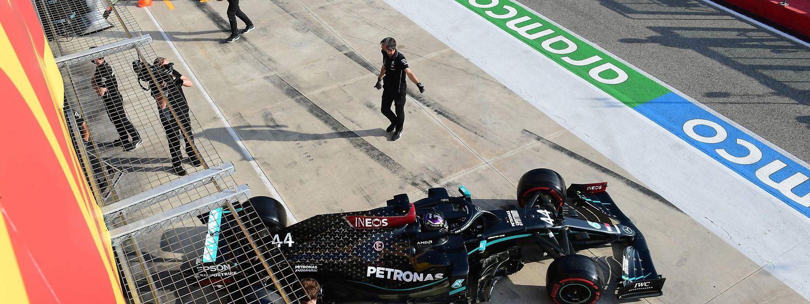 Mercedes-Fahrer Lewis Hamilton startet als Titelverteidiger in die Saison.