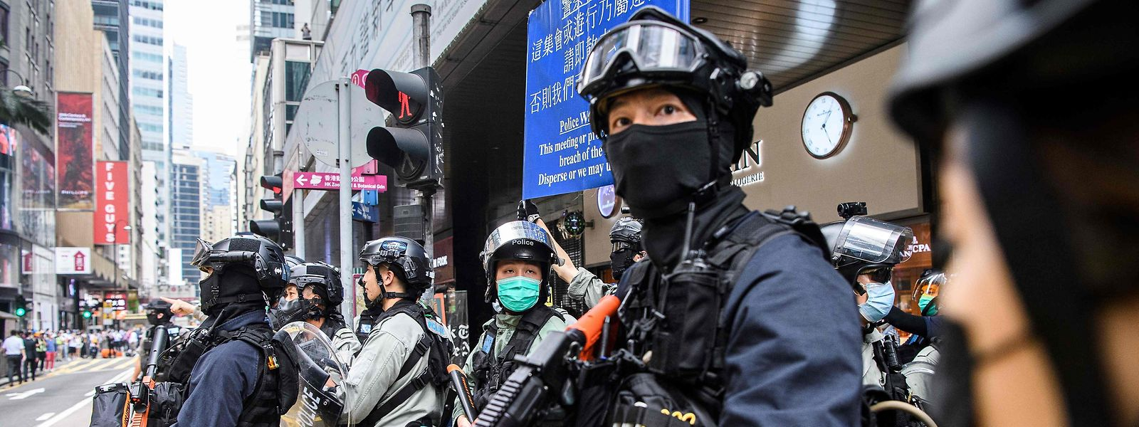 Schwer bewaffnete Polizisten bereiten sich auf ihren Einsatz vor.