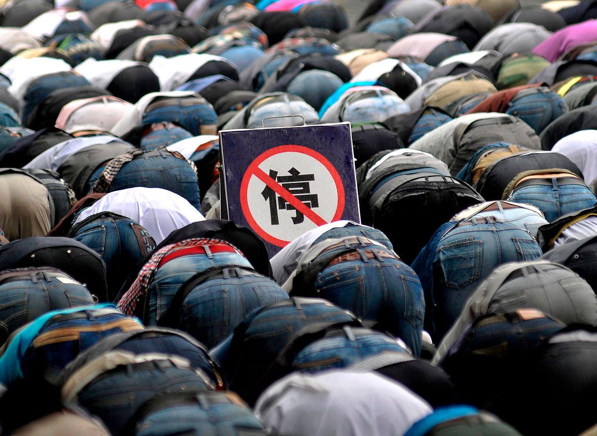 Uiguren beten am ersten Tag des Ramadan neben einem Halteverbotsschild in der chinesischen Provinz Qinghai.