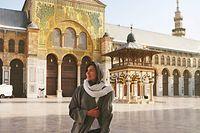 """HANDOUT - 19.12.2019, Syrien, Damaskus: Eva zu Beck, Influencerin aus Polen, steht im Hof der Ummajaden-Moschee. Acht Jahre nach Beginn eines blutigen Bürgerkrieges mit mehr als einer halben Million Toten entdecken immer mehr Ausländer Syrien. Nicht als Entwicklungshelfer, sondern als Touristen. In den vergangenen Monaten stellten mehrere internationale Influencer Fotos und Videos auf Instagram und Youtube. (zu dpa-Korr """"Im Taxi nach Damaskus - Influencer entdecken Syrien"""") Foto: Eva zu Beck /dpa - ACHTUNG: Nur zur redaktionellen Verwendung im Zusammenhang mit der aktuellen Berichterstattung und nur mit vollständiger Nennung des vorstehenden Credits +++ dpa-Bildfunk +++"""