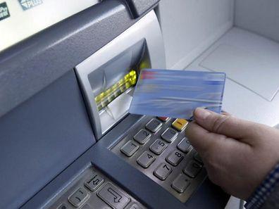 Die Polizei rät zur Vorsicht, wenn sich am Geldautomaten Personen als Helfer aufdrängen.