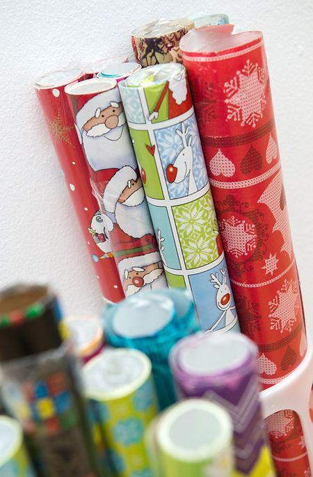 Geschenkpapier lässt sich gut in Boxen sortieren.