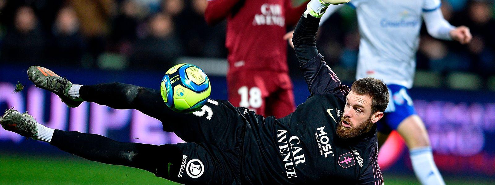 Alexandre Oukidja en situation délicate mais au bout du compte, le FC Metz a dominé Strasbourg 1-0.